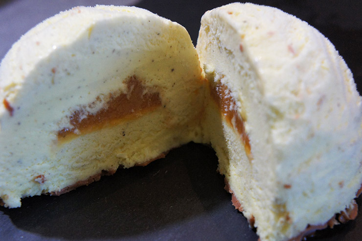 Crème glacée coeur caramel
