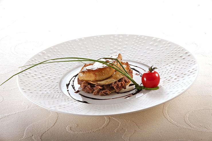 Millefeuille de foie gras poêlé et canard confit aux éclats de caramel
