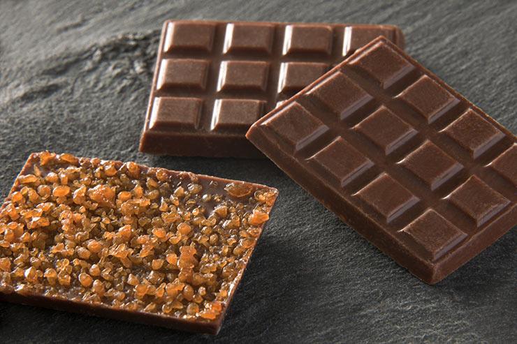 Tablettes chocolat au lait saupoudrées d'éclats de caramel
